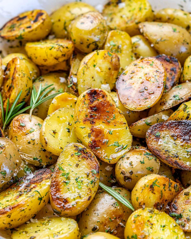 textura cartofilor la tigaie rumeniti cu verdeturi pe deasupra
